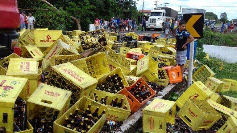 Caminhão carregado com cerveja tomba na BR-316