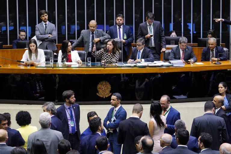 Câmara endurece penas a quem incentivar suicídio pela internet