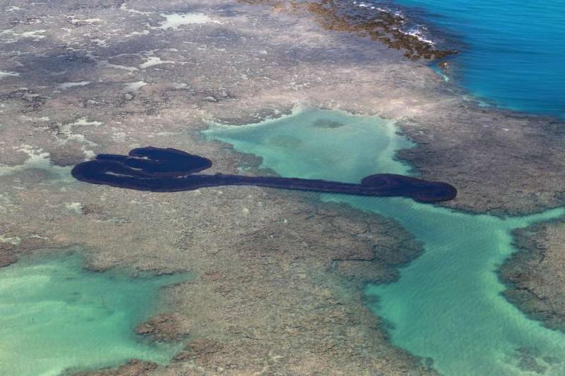 'Caribe brasileiro' decreta alerta máximo por causa do óleo