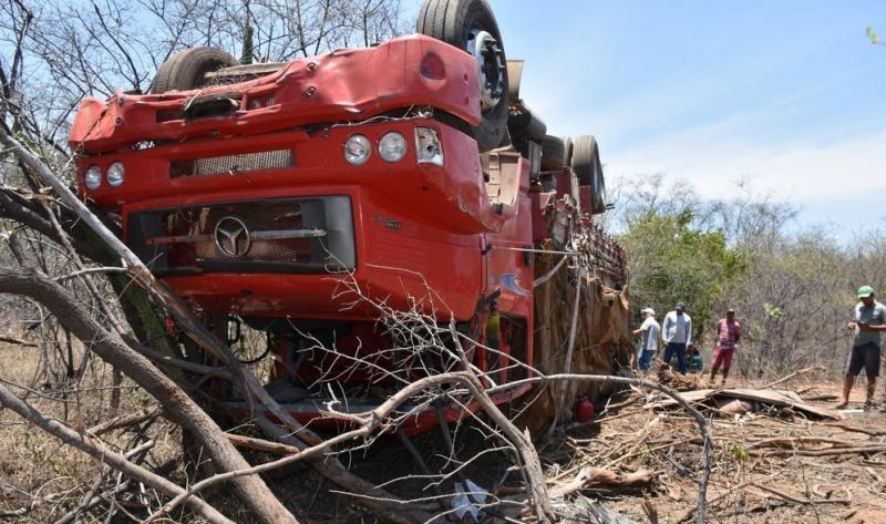 Caminhão tomba após motorista perder o controle na BR-316