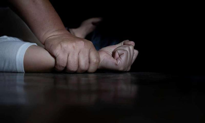 Casal é preso por estuprar crianças em fila para adoção