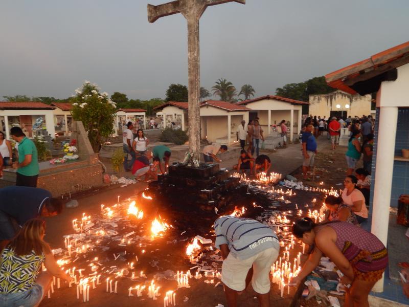 Cemitério recebe centenas de pessoas no dia de finados