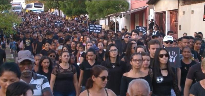 População de São Pedro do Piauí realiza caminhada pedindo paz após morte de professor