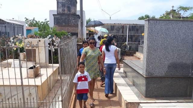 Picoenses mantém tradição de visita aos túmulos no Dia dos Finados