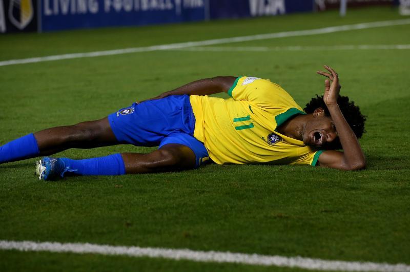 Talles Magno sente dores na coxa e chora ao deixar jogo do Brasil