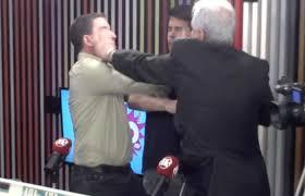 Jornalista agride Glenn Greenwald em programa ao vivo