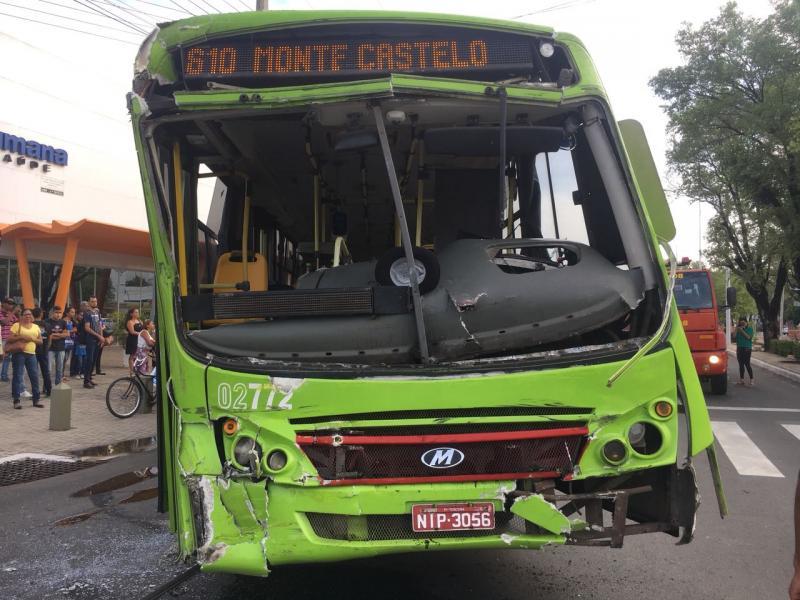 Acidente entre dois ônibus deixa passageiros feridos