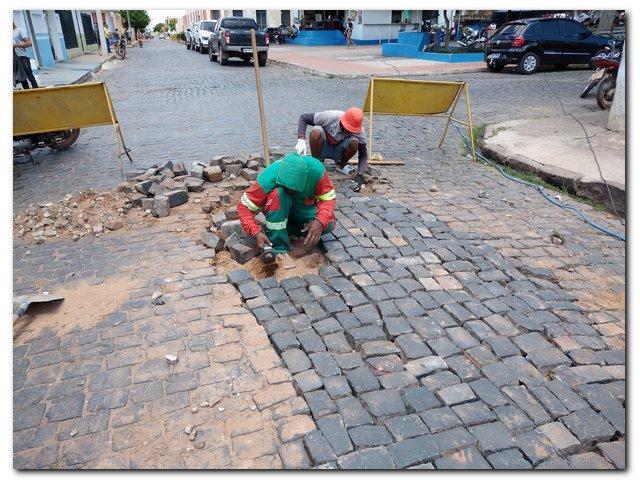 Prefeitura de Inhuma realiza serviços de recuperação de calçamento