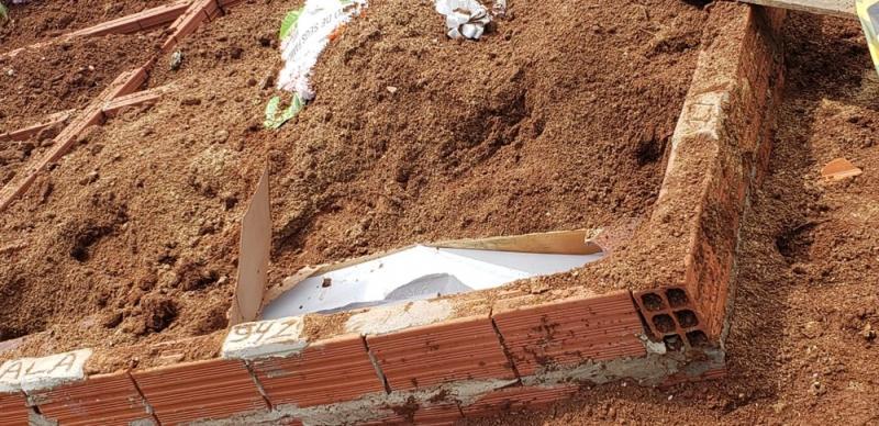 Corpo de mulher é encontrado seminu fora do túmulo