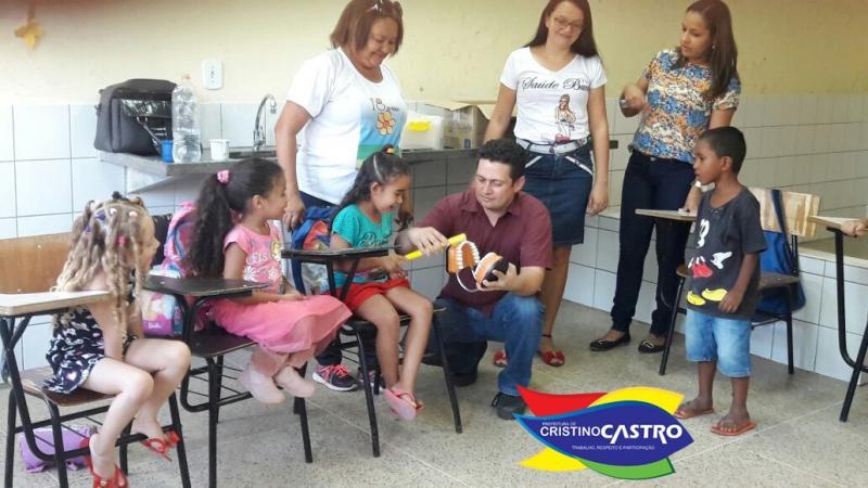 Profissionais da equipe UBS em parceria com a Prefeitura de Cristino Castro,ensina técnicas de saúde bucal em Creche