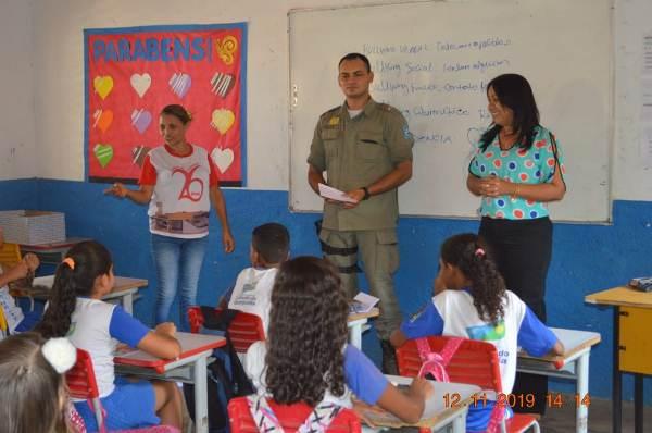 Prefeita Doquinha visita alunos da Escola Idália de Brito em aula do PROERD
