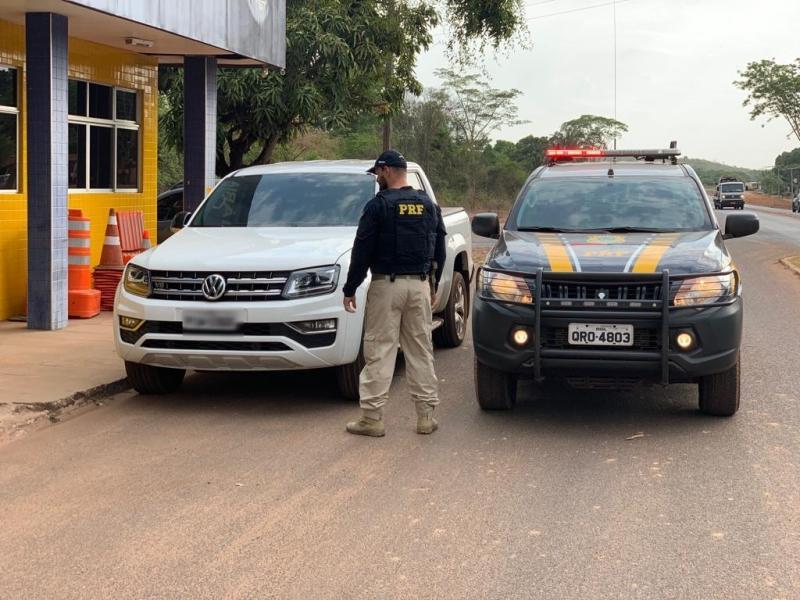 Bandidos invadem casa, fazem família refém e fogem levando veículo e joias.