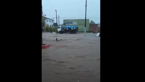 Vídeo mostra morador sendo arrastado pela correnteza após temporal no Piauí