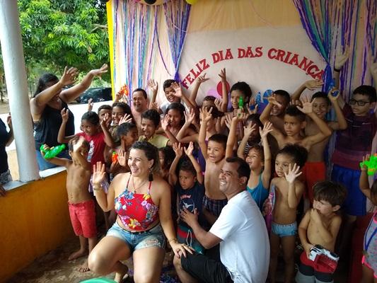 Casal Adão e Elisângela promovem festa para as crianças de Lagoa Cercada