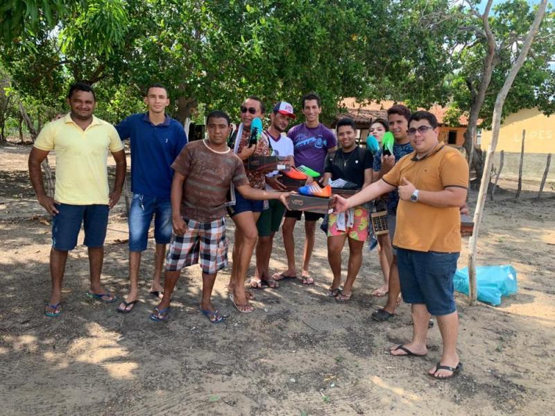 Agricolândia |Secretário de Meio Ambiente entrega chuteiras para time local
