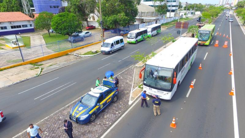 PRF apreende vans e ônibus irregulares em blitz na BR 343