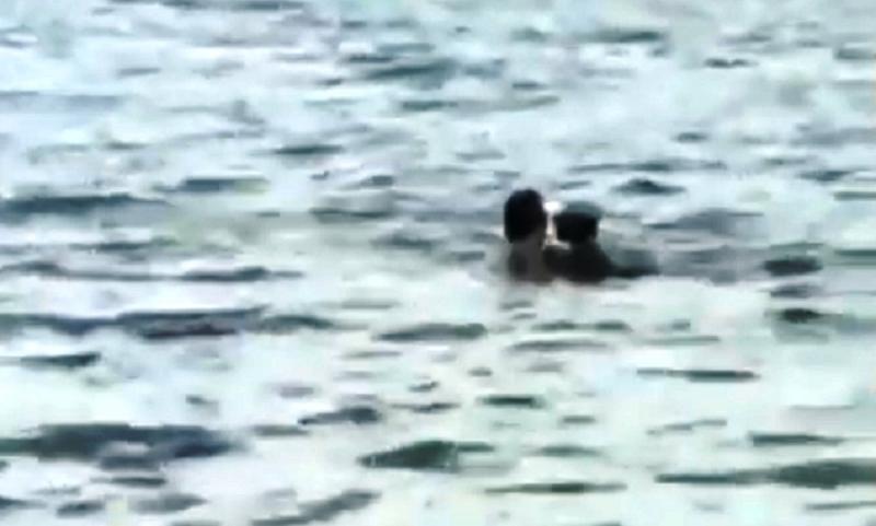 Casal é flagrado em cenas quentes de sexo dentro de praia
