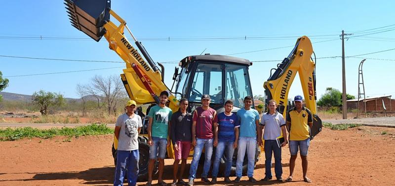 Em Curral Novo, prefeito Junior entrega nova máquina retroescavadeira
