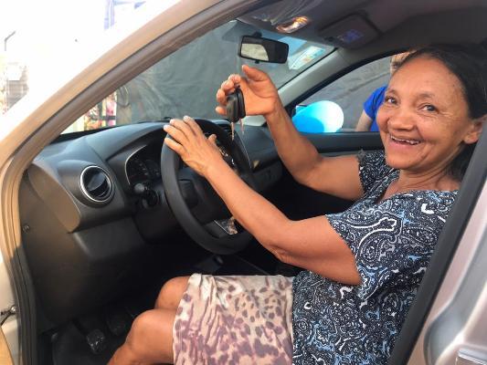 Equatorial Maranhão entrega carro para moradora de Formosa da Serra Negra