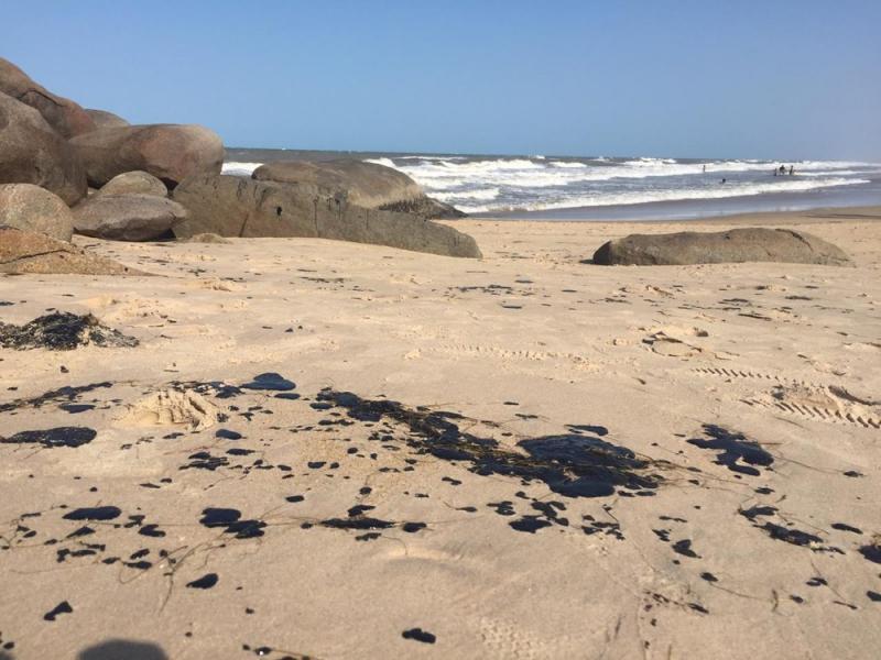 Manchas de óleo na Pedra do Sal, em Parnaíba — Foto: Roberto