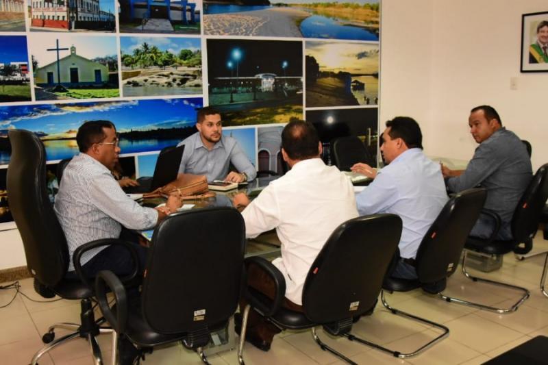 Reunião na PMF discute pagamento de rescisões de servidores temporários