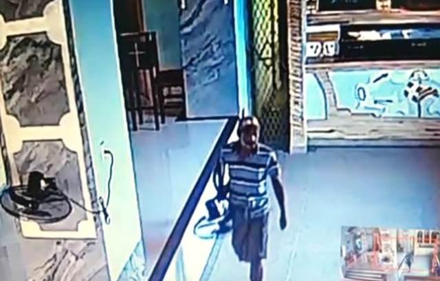 Câmeras registram homem praticando furto na Igreja em José de Freitas.