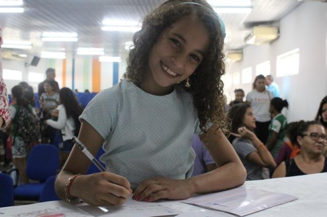 Escritora mirim recebe propostas de escolas privadas, mas continua em escola municipal