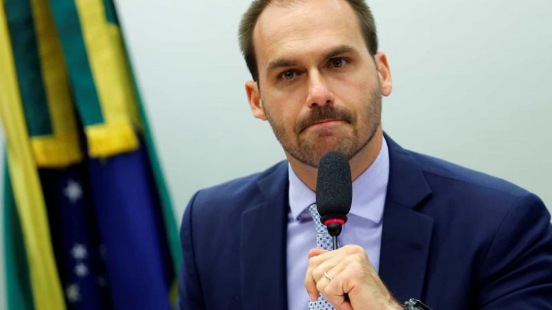 Flávio Bolsonaro entrega pedido de desfiliação do PSL