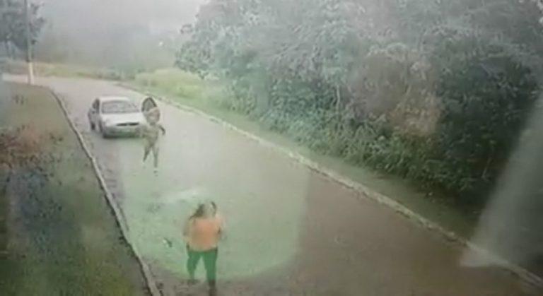Vídeo: Homem pelado sai correndo atrás de mulher e acaba preso