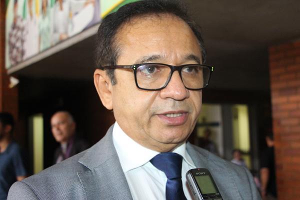 Dr. Hélio quer audiência na ALEPI sobre manchas de óleo nas praias do PI