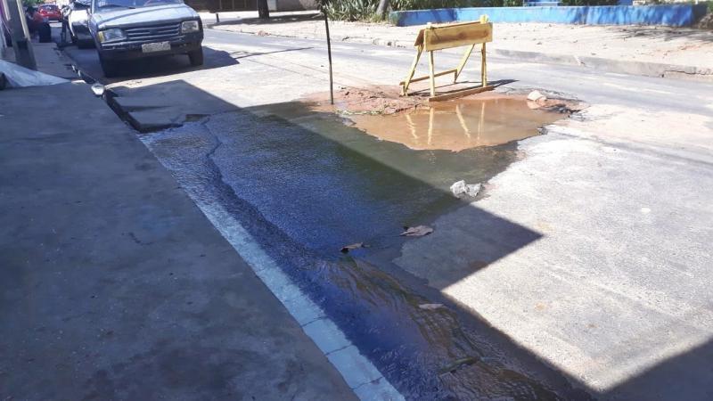 Cano estourado desperdiça água e afeta estrutura de casa no Parque Piauí