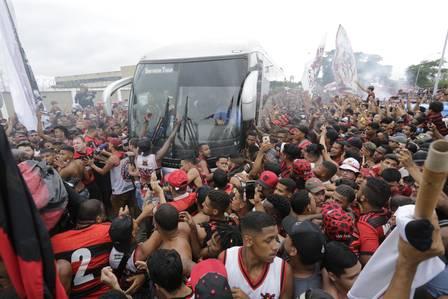 Libertadores: Ônibus do Flamengo deixa o Ninho do Urubu rumo ao aeroporto