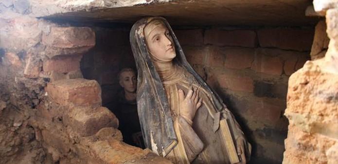 Imagens de santos são encontradas enterradas em igreja no Piauí