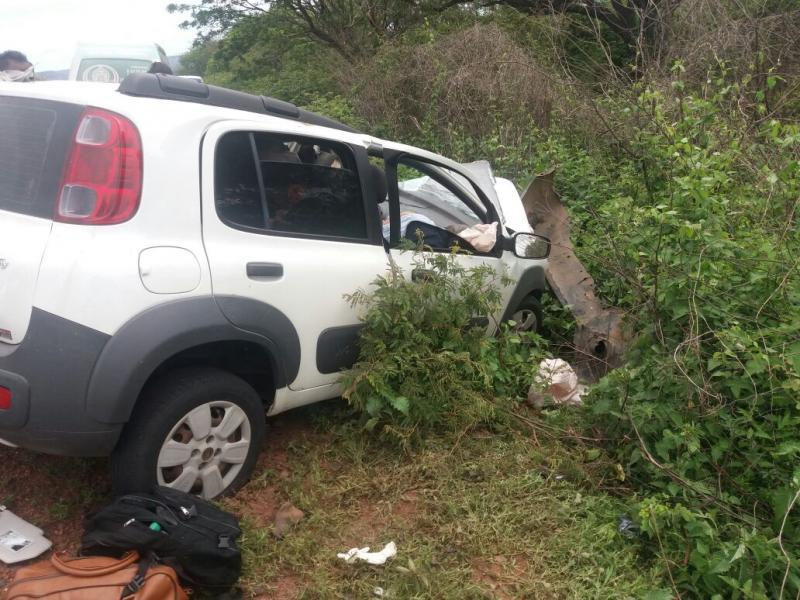 Colisão entre carro e caminhão mata três pessoas na BR 135