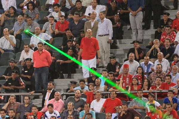 Torcedor que direcionar laser para atletas pode ser impedido de comparecer a jogos