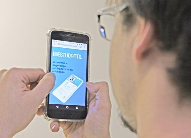 Carteirinha estudantil digital é lançada hoje e gera polêmica