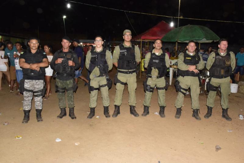 Polícias realizando policiamento Ostensivo (Foto: Elton Lima)