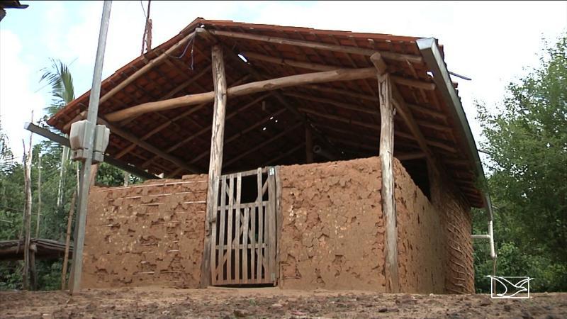 Prefeitura constrói escola com barro, cipó e talo de babaçu; alunos correm risco