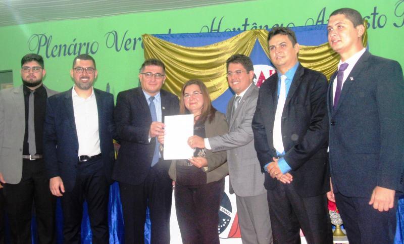 Prefeita Vilma Lima Sanciona lei que cria o dia do Advogado em São João do Arraial (Foto: Leônidas Silva)
