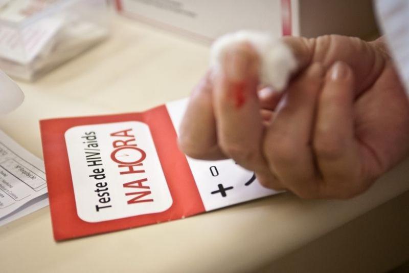 135 mil pessoas vivem com HIV no Brasil e não sabem