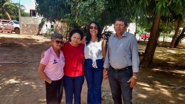 Prefeita Doquinha recepcionando a senadora Regina Sousa na rádio local