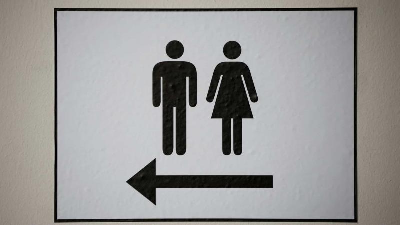 Transexual será indenizada após ser barrada em banheiro de shopping