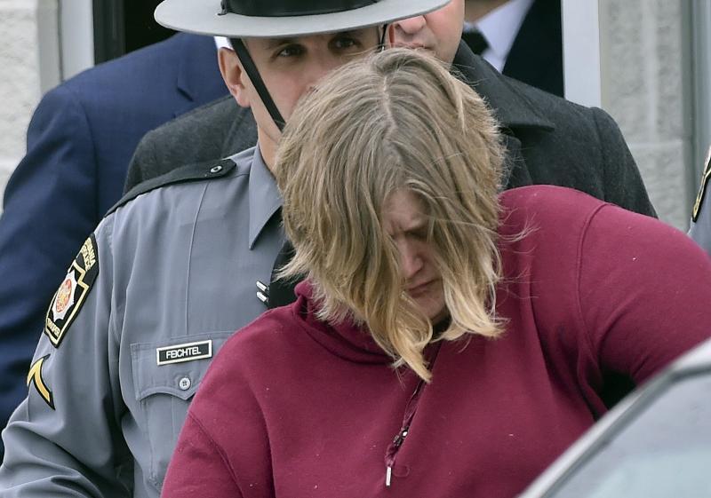 Mãe é acusada de matar os filhos achados enforcados em porão