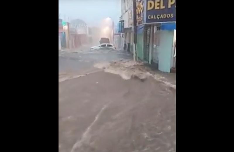 Chuva forte alaga ruas e hospital de Floriano; veja vídeo