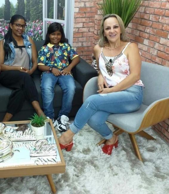 Garotinho beneditinense participa de Programa de TV no Paraná e faz doação