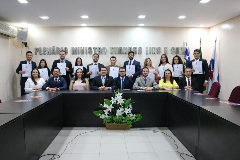 Novos advogados e advogadas recebem a carteira profissional da OAB