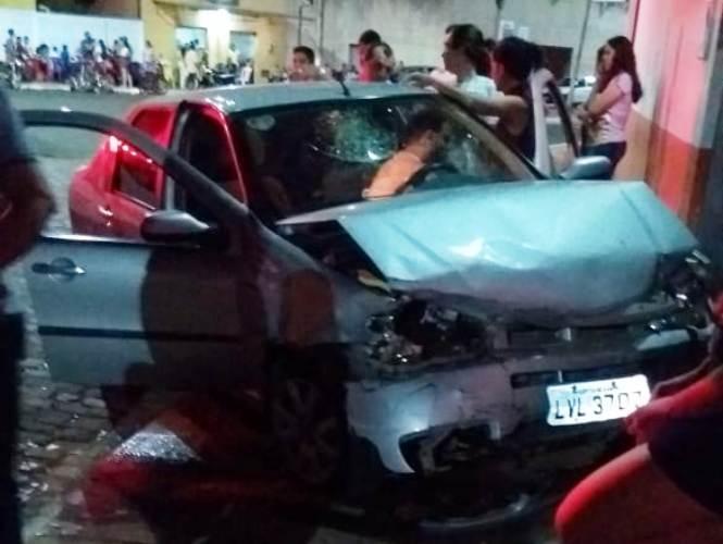 Motorista perde o controle de carro e fica ferido após colisão