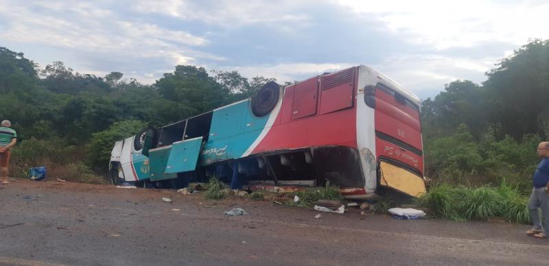 Ônibus capota e deixa passageiros mortos e feridos na BR 135