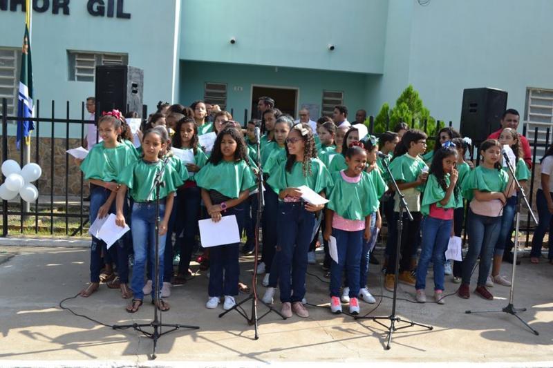 Monsenhor Gil | Crianças apresentam coral em frente a prefeitura da cidade