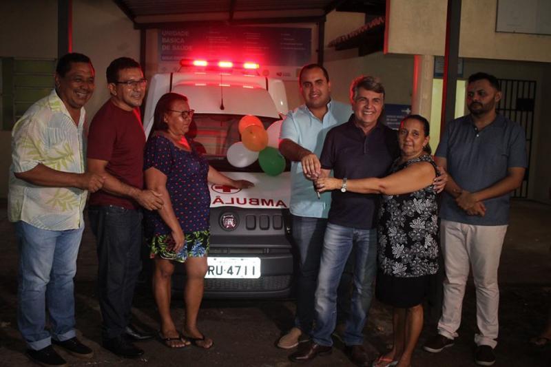 Monsenhor Gil | Prefeito faz entrega de nova ambulância para comunidade
